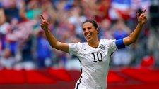 Kadın futbolcudan inanılmaz bir gol! Orta sahadan...