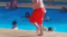 Havuz Başında Tombiş Göbeği ile Dans Eden Çocuk