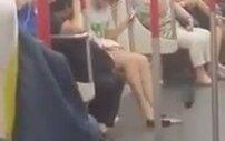 Metroda Bataryası Biten Kadın Çıldırdı