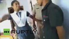 Tacizciyi Polis Gözetiminde Döven Hintli Kız
