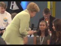 Filistinli Kızı Ağlatan Angelina Merkel (Almanca İçerir)
