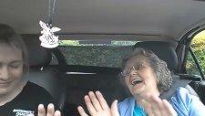 Reggae Müziği İle Arabada Coşan Babaanne