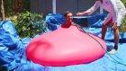 Balonu Ağzına Kadar Suyla Doldurup Patlamasını Bekleyen Adam