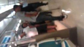 Hareket Halindeki İzmir Metrosuna İşeyen Adam