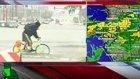Sel Sularında Bisiklete Binen Adamın Canlı Yayında Taklaya Gelmesi