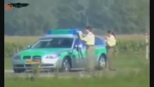 300 km hızla geçince, polis sadece bakakaldı!