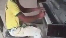 Piyano Çalma Konusunda Usta Olan İnşaat İşçisi