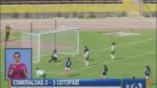 Kadın Futbolcu Önce Soyundu, Sonra Saldırdı!