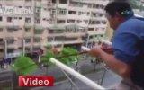 Evinin Balkonundan Balık Tutan Adam