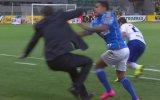 Hızını Alamayan Futbolcunun Teknik Hocayı Taklaya Getirmesi