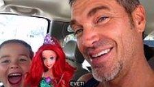 Barbie Bebek ile Oynamak İsteyen Oğluna Babadan Müthiş Tepki