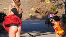Yaprak Üfleme Makinesi ile Kızın Eteğini Uçuran Adama Sokaktaki İnsanların Tepkisi