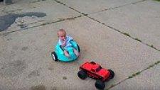 Kumandalı Araba ile Bebek Arabasını Gezdirmek