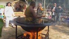 Kızgın Yağ İçinde Meditasyon Yapan Budist Rahip