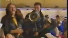 Barış Manço, Yonca Evcimik, Tayfun ve Çocuklarla Birlikte Uçakta (1992)