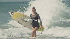 Topuklu Ayakkabıları İle Sörf Tahtası Üzerinde Dalgalara Meydan Okuyan Bayan Sörfçü