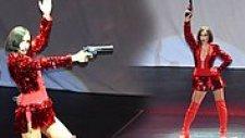 'Dan Dan' Şarkısının Koreografisi Gereği Sahneye Silahla Çıkan Gülşen