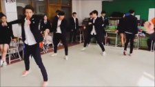 Koreli Liselilerden Dans Gösterisi ( Uçan Tekme İçerir)