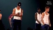 Justin Bieber'ın Hayranları Karşısında Mala Bağlaması