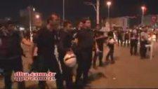 Atatürk Anıtı Önünde Duran Vatandaşa Tekme Atan Polis