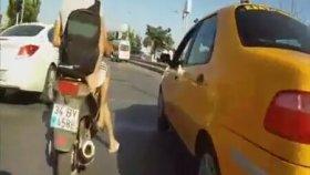 İstanbul Trafiğinde Motorsiklet İle Makas Atmak