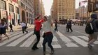 New York'un Kalabalık Yaya Geçitleri Bir Anda Dans Pistine Dönüşürse