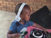 2 Yaşındaki Çocuk DJ