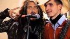 Moskova'da Sokak Müzisyeni ile Birlikte Şarkı Söyleyen Steven Tyler
