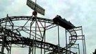 Roller Coaster'da Sıkışan Aracı Müziğin Gücü ile Hareket Ettiren Gençler