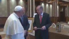 Cumhurbaşkanı Erdoğan Papa'ya Fatih Sultan Mehmet'in Fermanını Hediye Etti