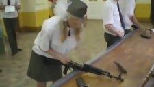 Saniyeler İçinde Silah Söküp Takan Kız