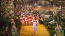 Oz Büyücüsü - Sarı Tuğlalı Yolu Takip Et