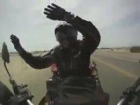 Uzun Yolda Canı Sıkılan Motorcu
