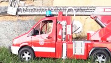 Oyuncaklarla oynuyoruz - Vinç kamyonu acil kurtarma aracına yardım ediyor