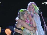 Katy Perry'i Sahnede Yalayıp Yutan Kadın
