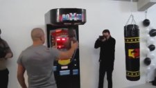Gökhan Saki'den Yumruk Makinesine Döner Tekme