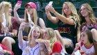 Stadyumda Hunharca Selfie Çekmemek İçin Direnen Kızlar