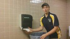 Yırtık Adamdan Kağıt Havlu Makineli Ve Çöp Kovalı Müzik