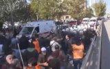 Yaralıları Taşıyan Ambulansa Yol Vermeyen Kızgın Halk