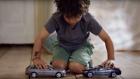 """Mercedes'in """"Çarpışmayan"""" Oyuncak Arabaları Çocukları Çıldırttı"""