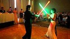 İlk Danslarını Işın Kılıcı Eşliğinde Yapan Star Wars Hayranı Çift