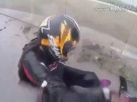 Kaza Anında Sevgilisini Yakalayan Motorcu