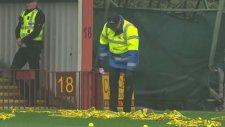 Stad görevlisi dengesini kaybedip düştü