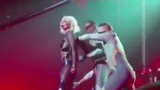 Britney Spears'ın Sahnede Fermuarı Patladı