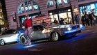 Fütüristik Uçan Kaykayı ve DeLorean Arabası İle Londra Sokaklarında Gezen Adam