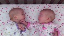 İkizleri Birbirlerine Dokunarak İletişim Kurmaya Çalışıyor