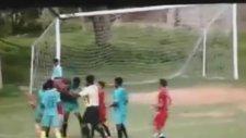 Arkadaşına Diklenen Futbolcuya Öyle Bir Tekme Attı Ki!