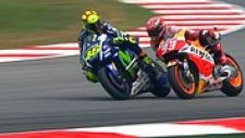 Valentino Rossi, Yarış Esnasında Marc Marquez'e Tekme Attı!