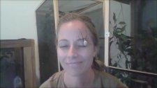 Örümceği Suratında Gezdiren Çılgın Kadın