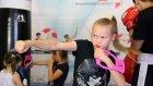 8 yaşındaki boksör kız sıkı çalışıyor